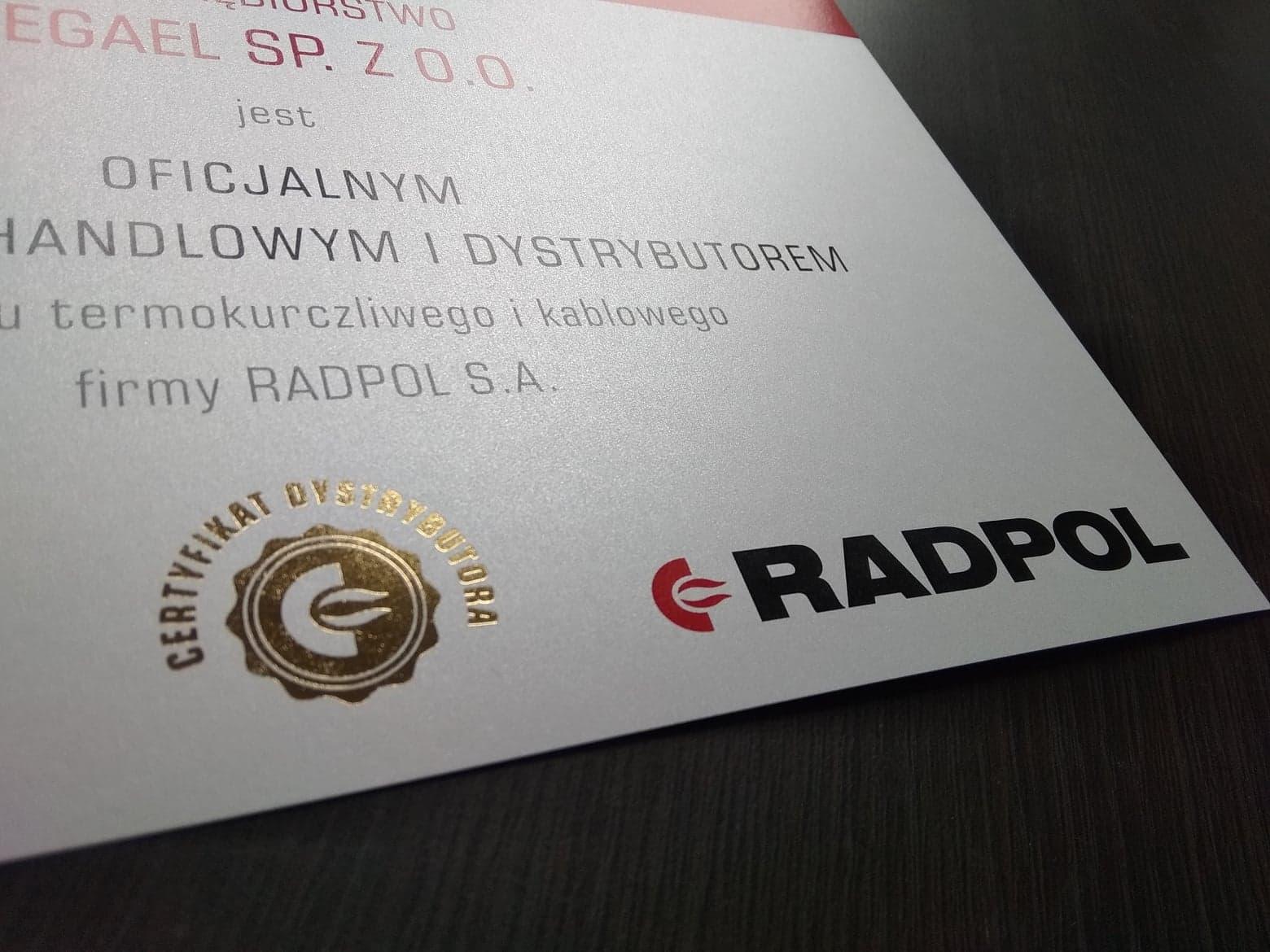 certyfikat ze złoconą pieczęcią